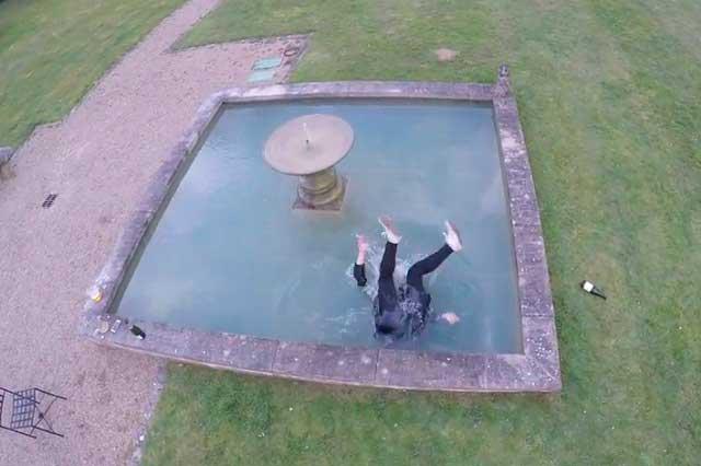 Por hacerle muecas a un dron, chica cae a una fuente y video se viraliza