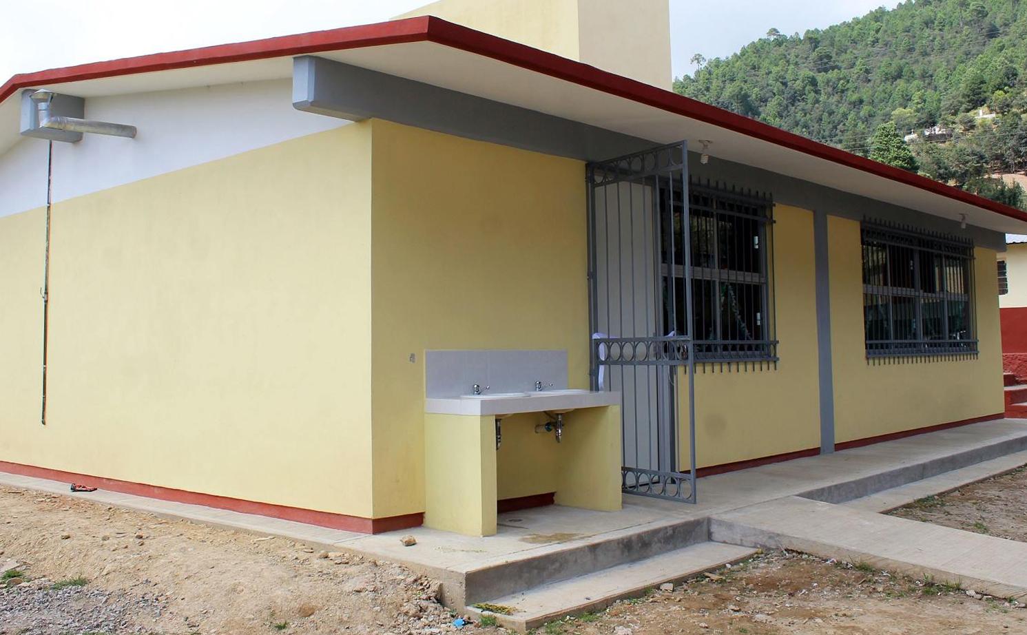 Lobato inaugura desayunador en primaria de Zacapoaxtla
