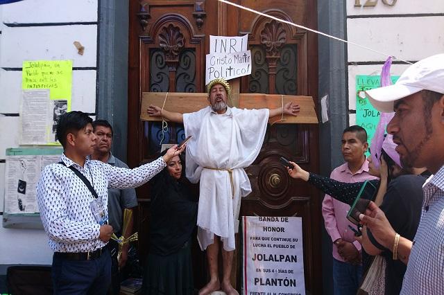 Protestan con crucifixión en Puebla