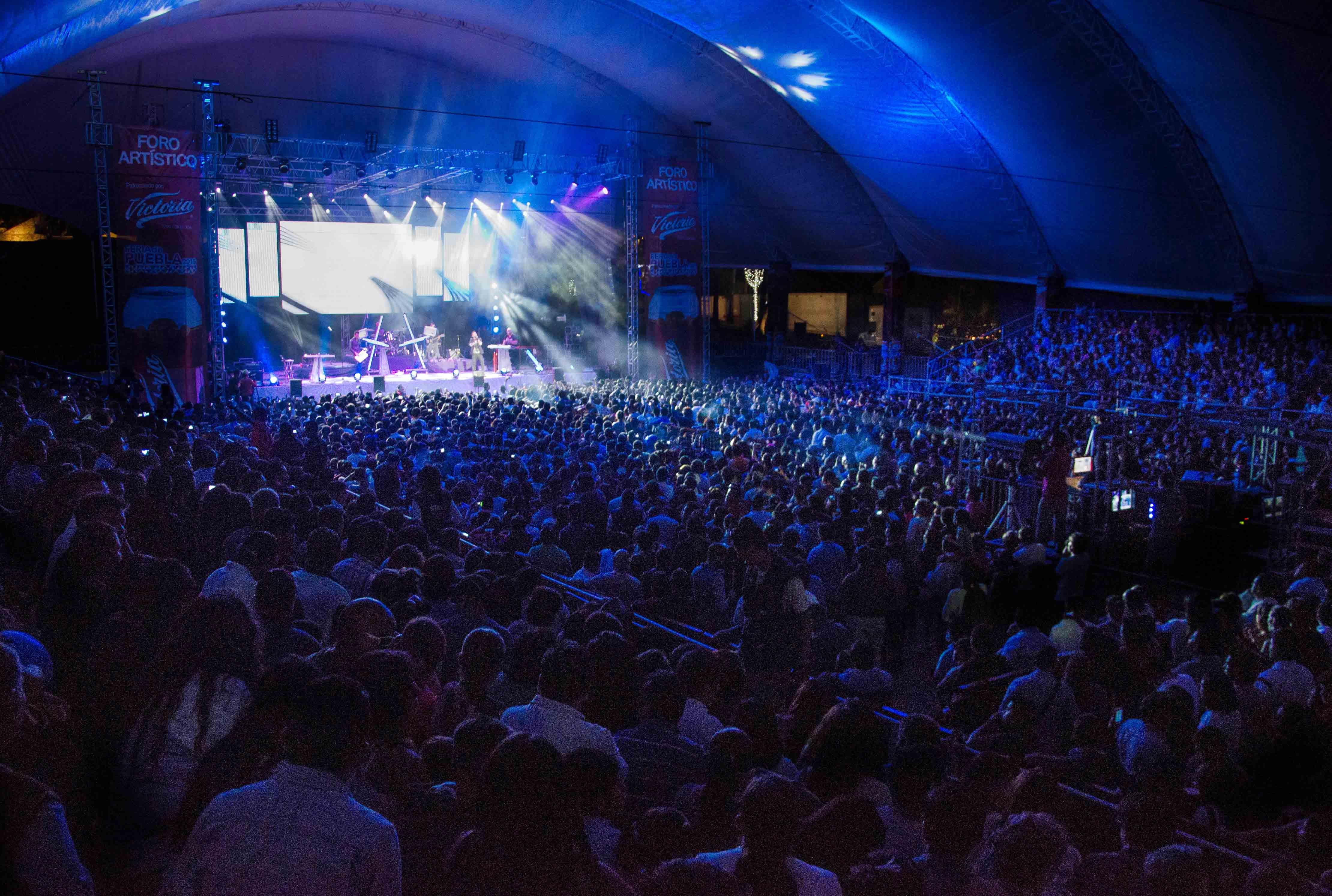 gente disfrutando de un concierto en la Feria de Puebla