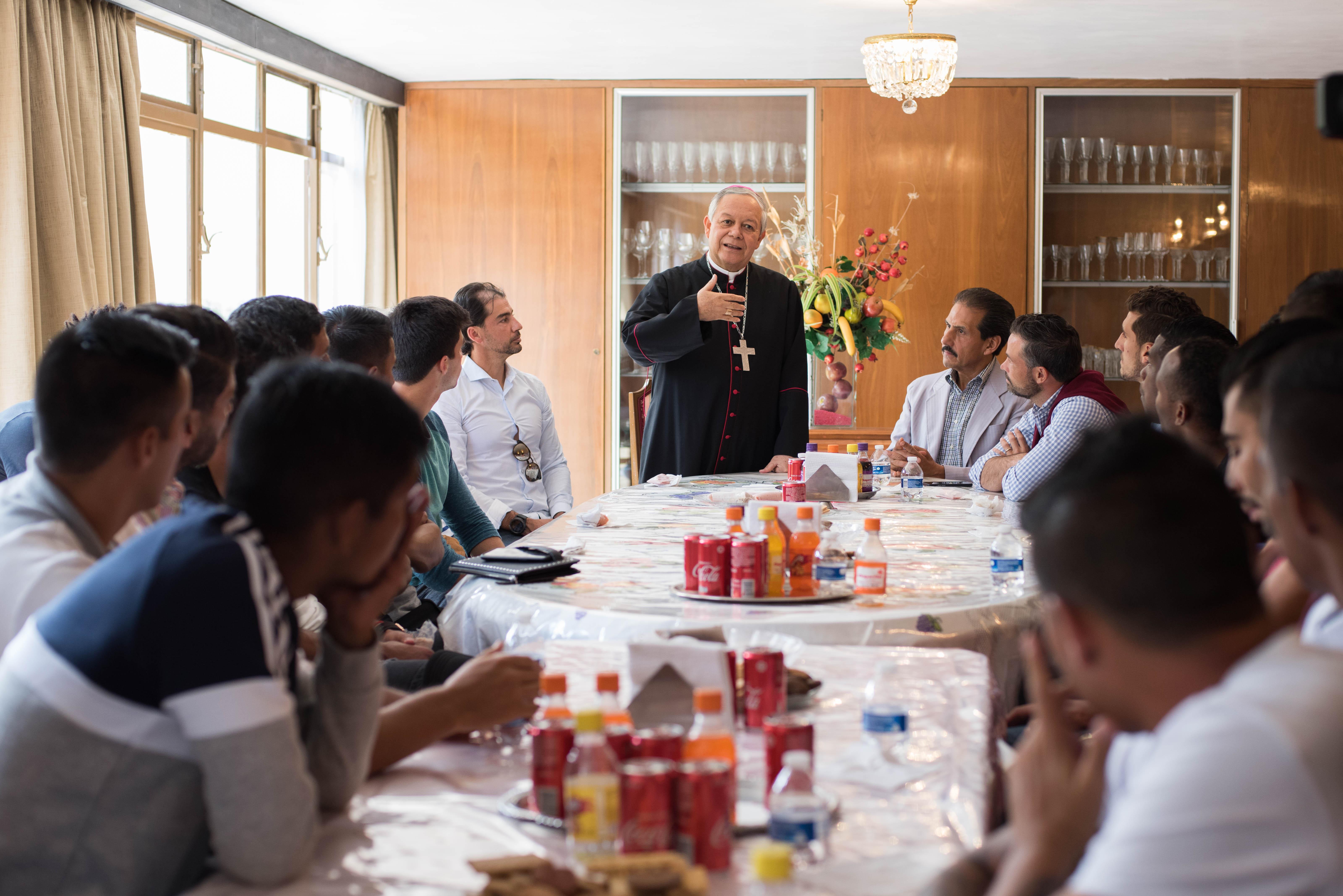 Recibe arzobispo de Puebla a rector y jugadores de Lobos BUAP