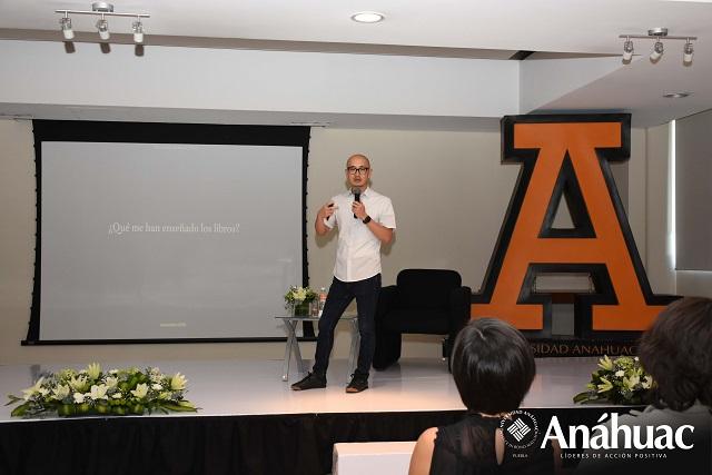 Diseñador editorial internacional dialoga con alumnos de Anáhuac