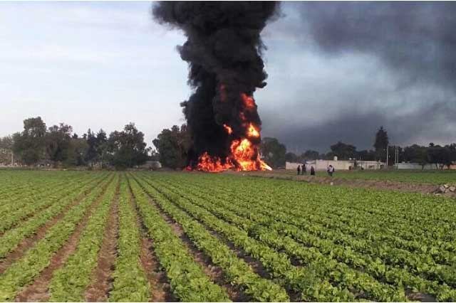 Incendio en ductos de Pemex moviliza a cuerpos de auxilio