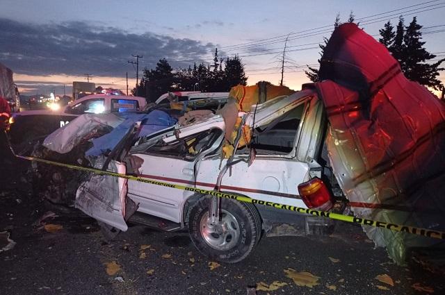 Chocan camión de pasajeros y camioneta en Acajete; 3 muertos