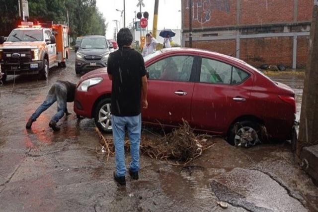 Inundaciones y volcaduras por intensa lluvia en Puebla capital