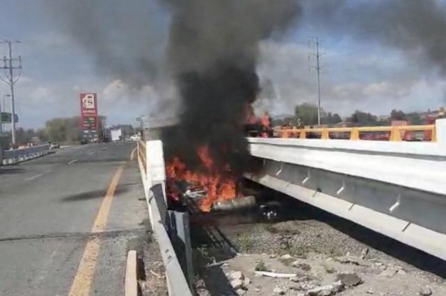 Trailero escapa de su unidad en llamas en la México- Puebla