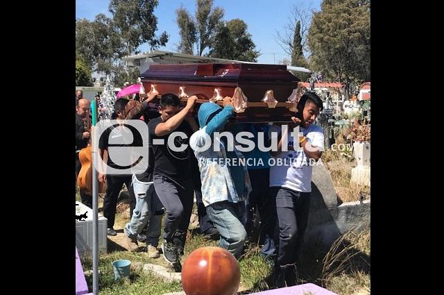 Sepultan a maestra asesinada en Texmelucan; familia pide justicia