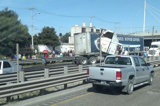 Choque de tractocamiones cierra autopista Puebla-Orizaba