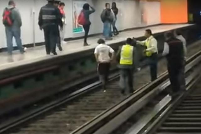 Una mujer ebria baja a las vías del Metro y agrede a policías