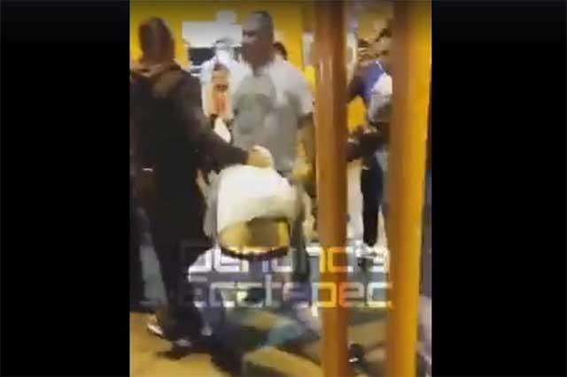Usuarios del Metro capturan a delincuentes y les dan una paliza
