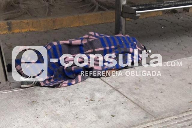 Muere hombre indigente cerca del tianguis de Xonaca