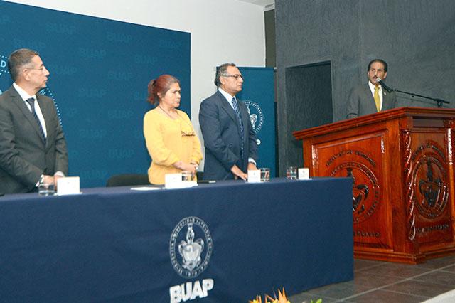 Rector toma protesta al nuevo director de Economía en la BUAP