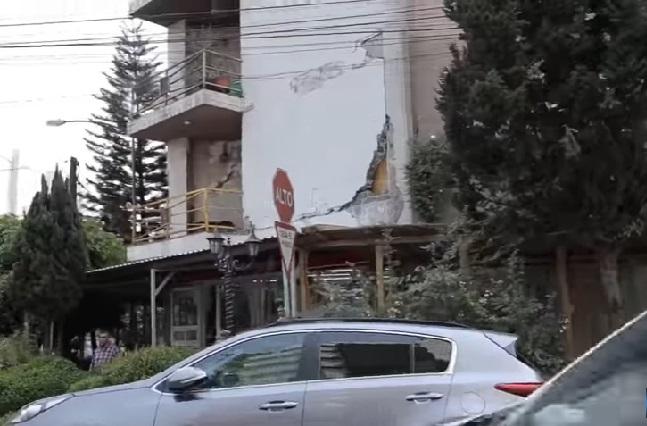 ¿Viven en edificio en riesgo de caer que tiene hasta un Oxxo?