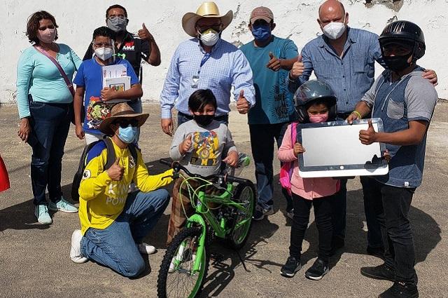 Aunque tiene Covid-19 alcalde de Atlixco da la mano a ciudadanos