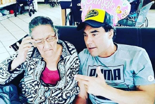 Eduardo Yáñez celebra el cumpleaños de su mamá en el asilo
