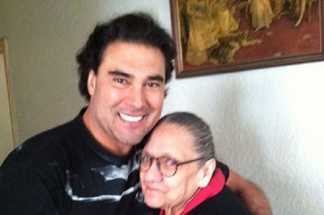 Eduardo Yáñez celebra cumpleaños de su mamá
