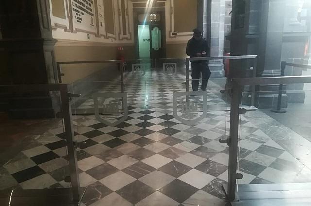 Colocan puertas de cristal en acceso al Ayuntamiento en Puebla