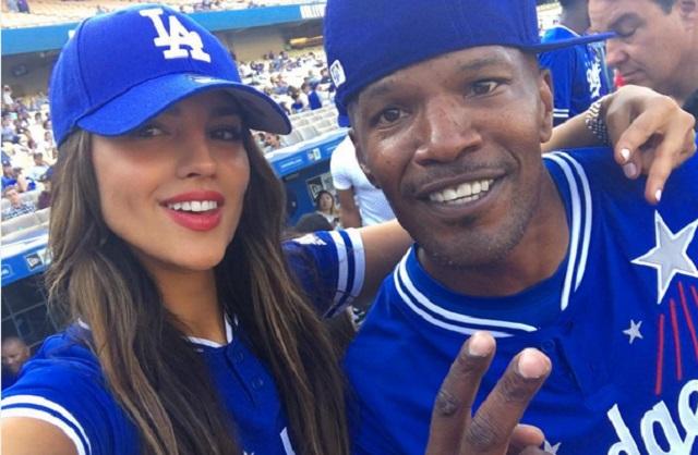 Eiza González juega béisbol con Jaime Foxx