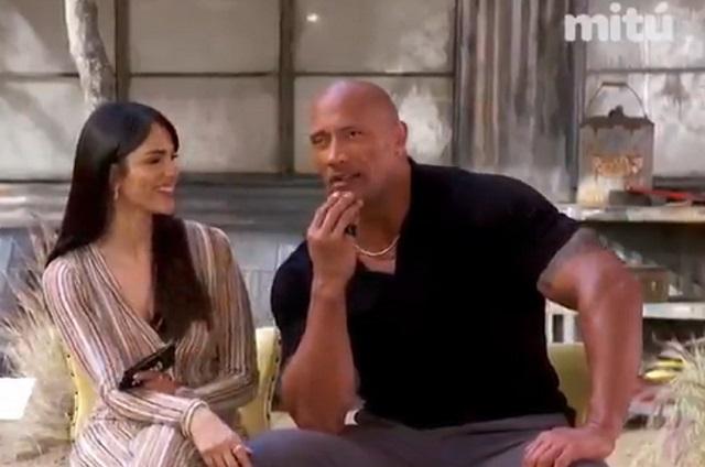 Eiza González le enseña a The Rock a hablar en español