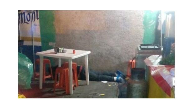 Un sicario ejecuta a balazos a una pareja en una taquería de Nezahualcóyotl