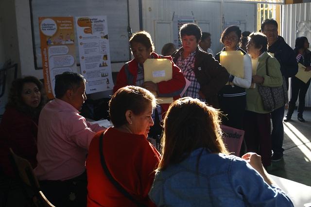 Con retrasos, desorganización y filas inicia elección en Puebla
