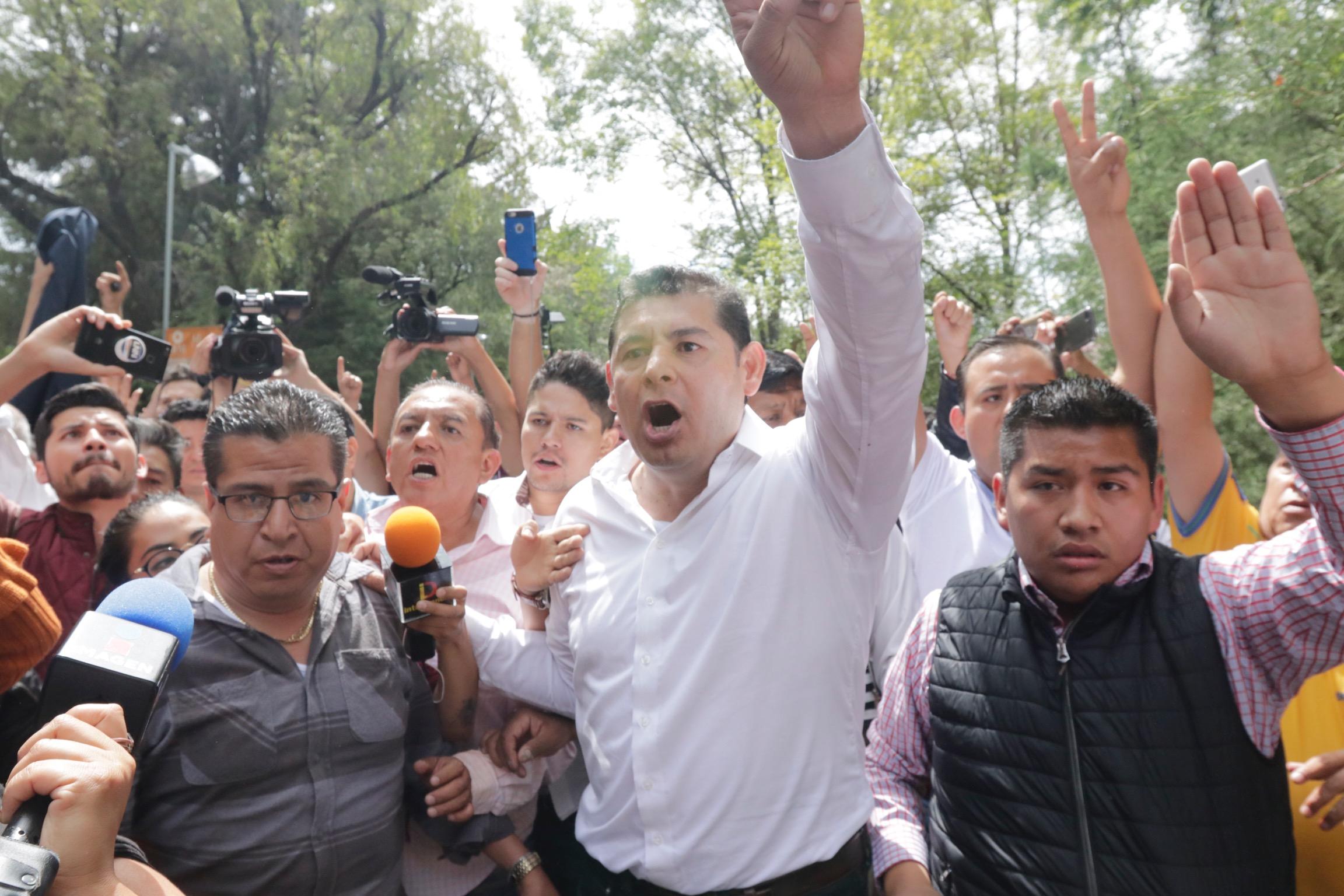 Ordenan detener a senadores y líder de Morena; FGE lo niega