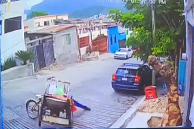 Video: Elotero resbala, se quema y pierde su mercancía