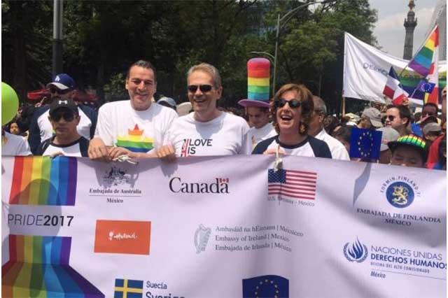 Embajadores de EU y Reino Unido se unen a la Marcha del Orgullo Gay
