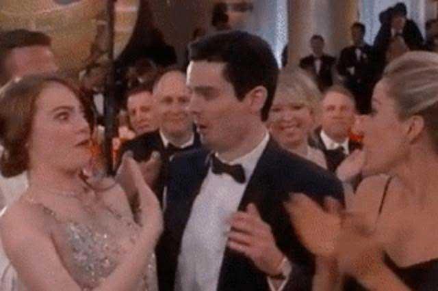 Incómodo momento de Emma Stone al buscar besar a novio de Olivia Hamilton
