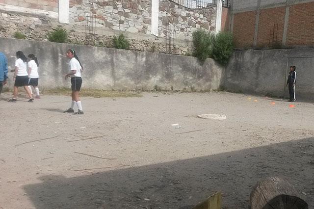 Grietas y drenaje roto padecen escuelas cercanas al Teleférico