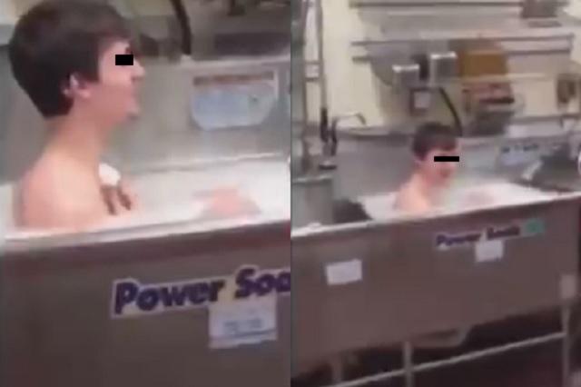 Video: Captan a joven tomando un baño en fregadero de su trabajo