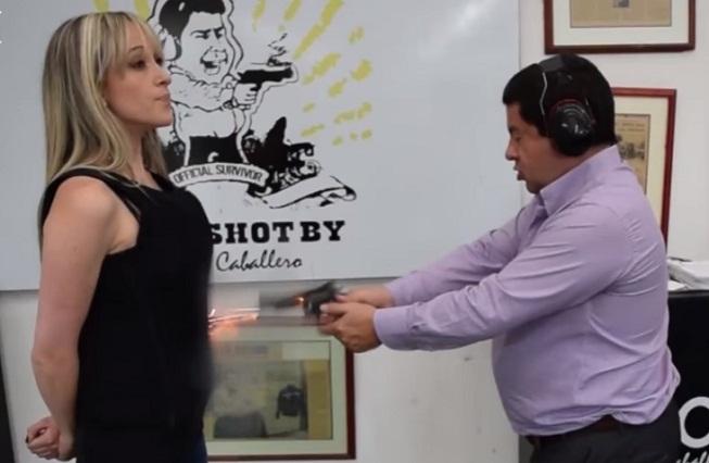 Empresario vende chalecos antibalas y le dispara a su esposa para probarlos