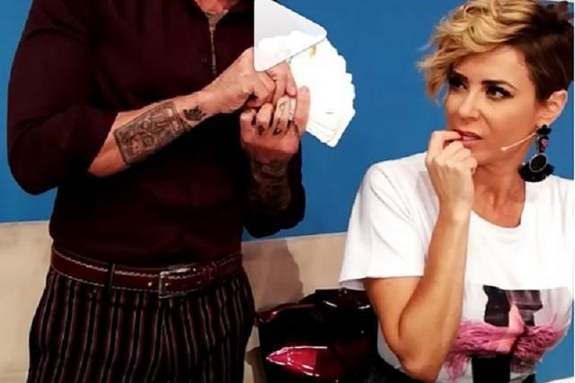 ¿Conductora de Enamorándonos es infiel a su marido? VIDEO