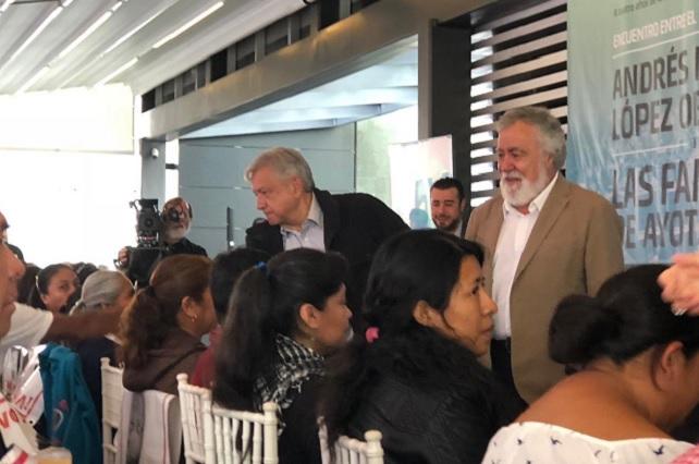 Se reúnen padres de los 43 con Andrés Manuel López Obrador