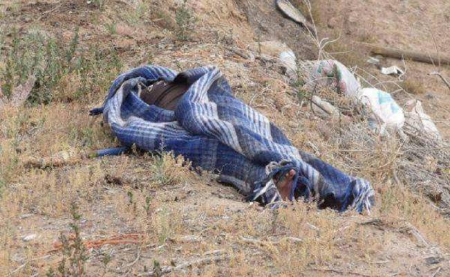 Tiran cadáver encobijado y maniatado  en la carretera a Nenetzintla
