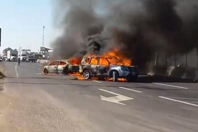 Les decomisan huachicol y pobladores queman autos en Guanajuato