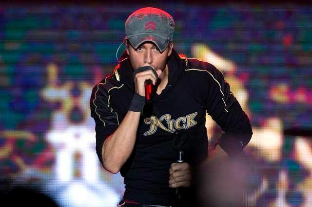 Video de Enrique Iglesias cantando con una niña causa furor en Twitter