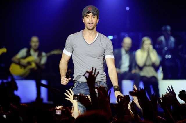 Abuchean a Enrique Iglesias durante concierto