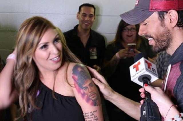 Enrique Iglesias impactado tras ver su rostro tatuado en el brazo de su fan