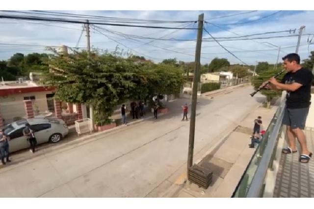 Bandas de Sinaloa ensayan desde balcones para evitar contagio