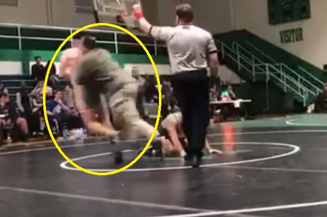 Su hijo iba perdiendo y se metió para atacar por la espalda a su rival