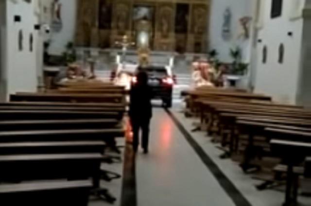 Video: Sujeto 'poseído' se mete a la iglesia con todo y camioneta