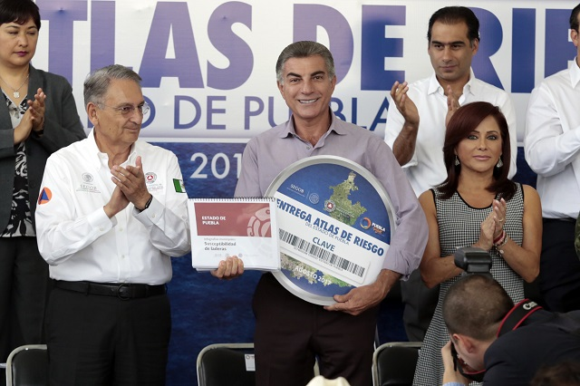Tony Gali recibe el atlas de riesgo del estado de Puebla
