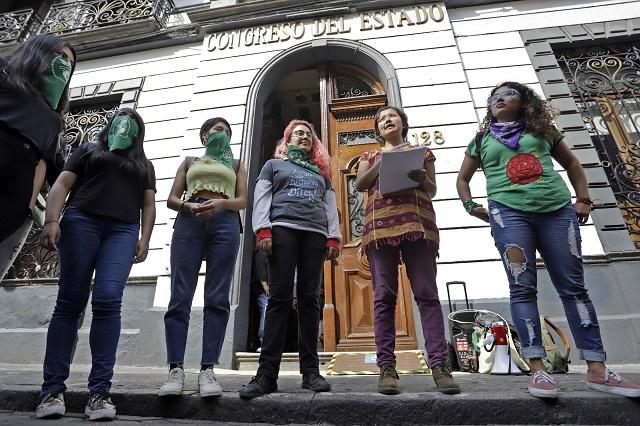 Censuran en Morena a Congreso de Puebla por evadir aborto y bodas gay