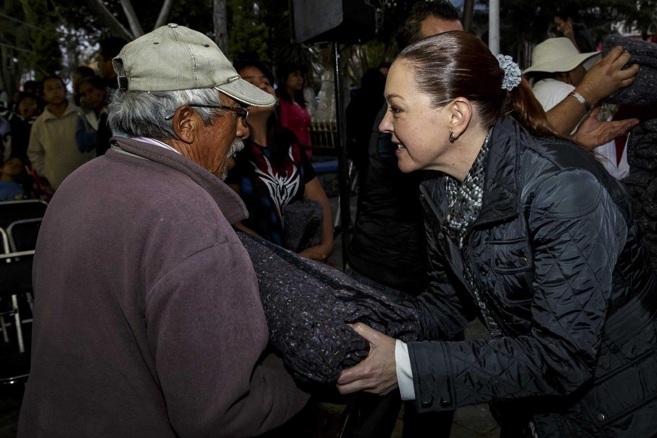 Susy Angulo de Banck entregó apoyos invernales en San Francisco Totimehuacan