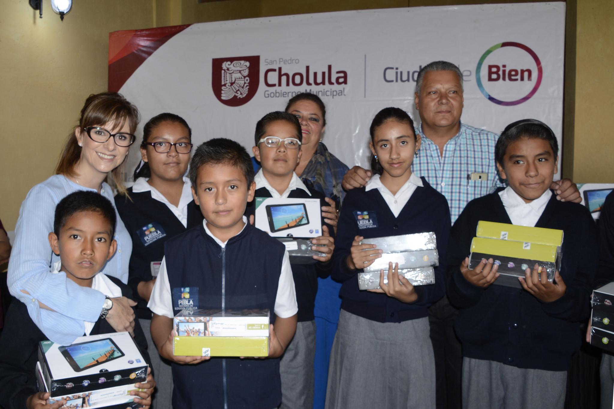 Reciben alumnos de San Pedro Cholula tabletas electrónicas