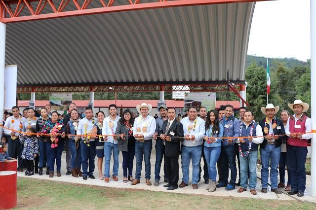 Porfirio Loeza entrega calles en Contla y techado en Tatauzoquico