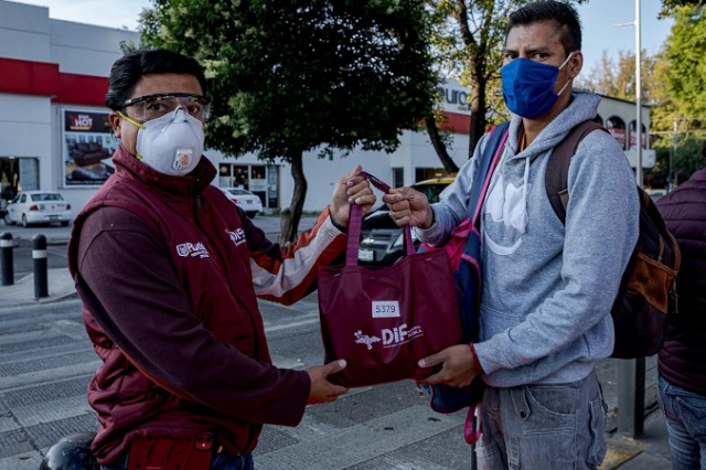 Entregan kits de sanitización a usuarios de RUTA en Puebla