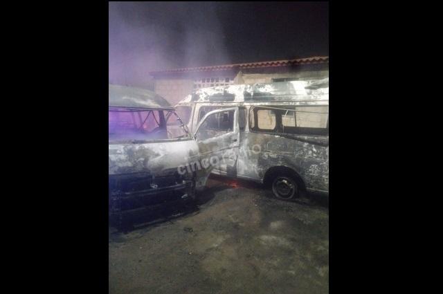 Choca transporte público y se incendian 3 unidades en Puebla