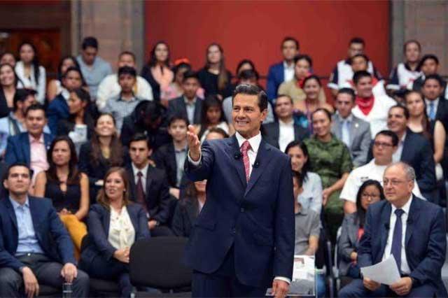 Sostiene Peña Nieto encuentro con jóvenes en Palacio Nacional